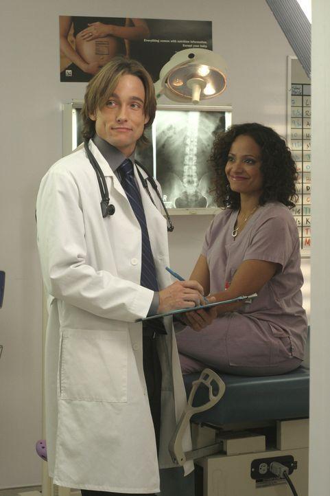 Carla (Judy Reyes , r.) versucht, schwanger zu werden und der nette neue Gynäkologe (Jay Kenneth Johnson, l.) rät ihr, einen Fruchtbarkeitstest zu... - Bildquelle: Touchstone Television