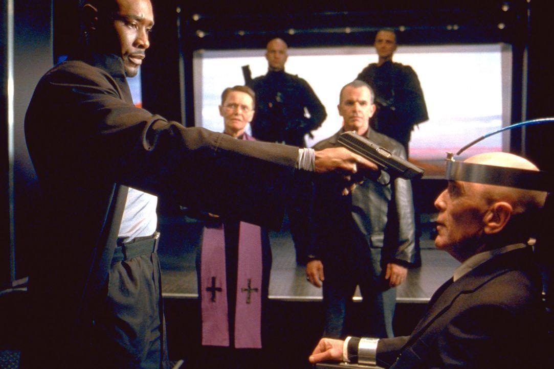 In der Todeszelle wartet der geläuterte Gangster Lester (Bruce Weitz, r.) auf seine Hinrichtung. Er ist der einzige, der Kenntnis vom Versteck der... - Bildquelle: 2003 Sony Pictures Television International. All Rights Reserved.