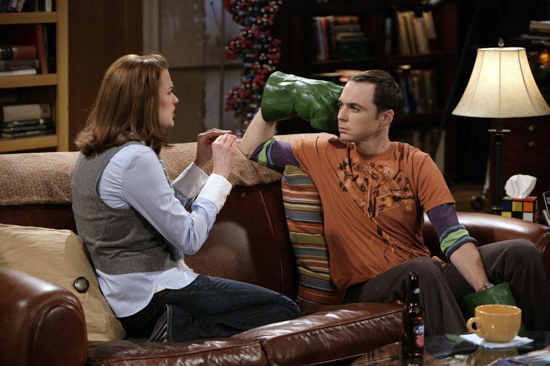 Während Raj sich mit Abby amüsiert, ist Sheldon (Jim Parsons, r.) von Martha (Jen Drohan, l.) nicht so begeistert ... - Bildquelle: Warner Bros. Television