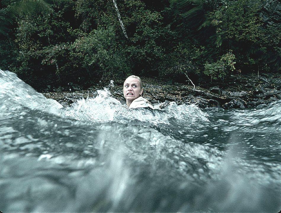 Auch ein Sprung in den reißenden und eiskalten Fluss scheint Hedda (Ida Marie Bakkerud) nicht aus dem Blickfeld des Mörders zu bringen ...