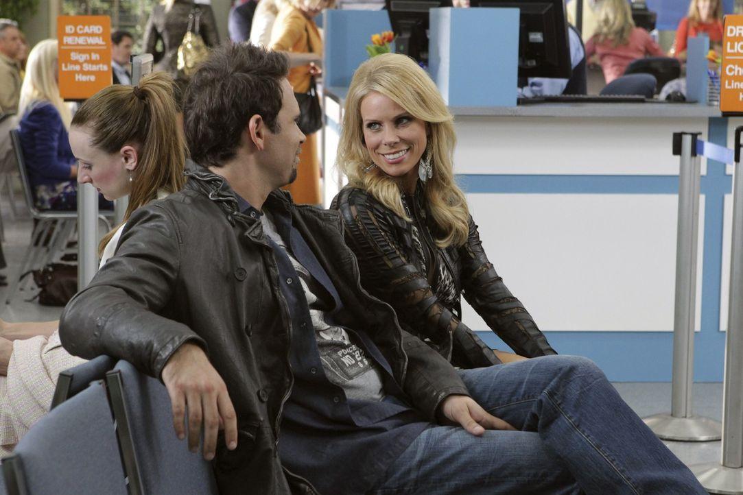 Warten auf ihre Töchter, die gerade bei der Führerscheinprüfung sind: George (Jeremy Sisto, l.) und Dallas (Cheryl Hines, r.) ... - Bildquelle: Warner Bros. Television