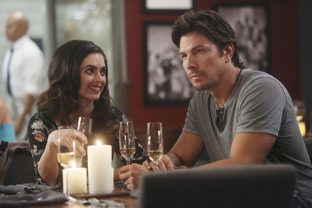 Auf einer Party spielen Sara und Jimmy für Saras Exfreund Craig (Michael Trucco, r.) und dessen neuer Freundin Juliet (Brooke Lyons, l.) ein glückli... - Bildquelle: Jordin Althaus 2016 ABC Studios. All rights reserved.