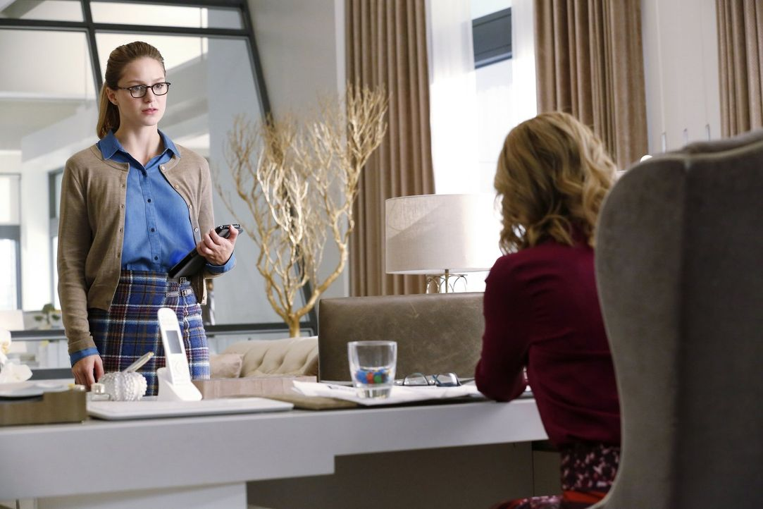 Während Kara (Melissa Benoist, l.) es wieder mit ihrer Tante Astra und deren Handlangern zu tun bekommt, muss sich Cat (Calista Flockhart, r.) gegen... - Bildquelle: 2015 Warner Bros. Entertainment, Inc.