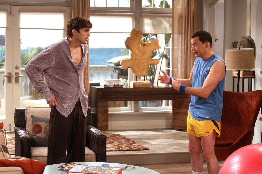 Zoey will mit ihrer Tochter Ava für eine Woche zu Walden (Ashton Kutcher, l.) ziehen. Alan (Jon Cryer, r.) muss sich deshalb in dieser Zeit eine and... - Bildquelle: Warner Brothers Entertainment Inc.