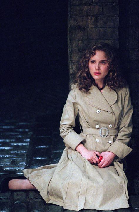 """Die hübsche Evey (Natalie Portman) wird von den """"Fingermen"""", Geheimpolizisten der Staatsmacht, entführt. Der Verzweiflung nahe, kommt ihr plötzlich... - Bildquelle: Warner Bros. Pictures"""