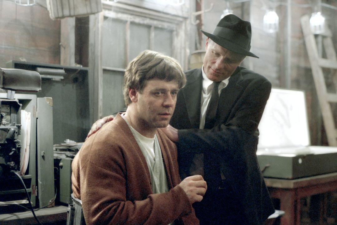 Eines Tages wird Mathegenie John Nash (Russell Crowe, l.) von dem mysteriösen William Parcher (Ed Harris, r.) für einen geheimen Auftrag rekrutier... - Bildquelle: Universal Pictures