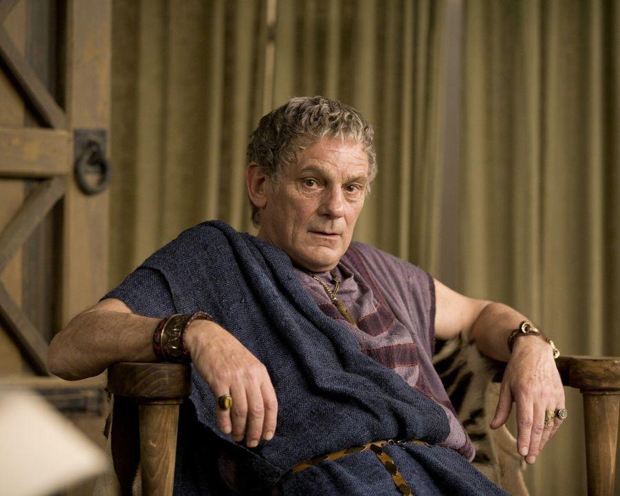 Zum Missfallen seines Sohnes kehrt Titus Batiatus (Jeffrey Thomas) zurück und übernimmt die Kontrolle über seinen Ludus wieder ... - Bildquelle: 2010 Starz Entertainment, LLC