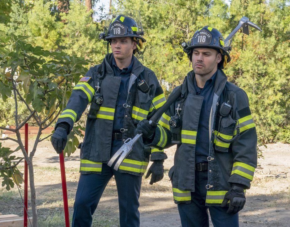 """Evan """"Buck"""" Buckley (Oliver Stark, l.); Eddie Diaz (Ryan Guzman, r.) - Bildquelle: Jack Zeman 2019-2020 Twentieth Century Fox Film Corporation.  All rights reserved. / Jack Zeman"""