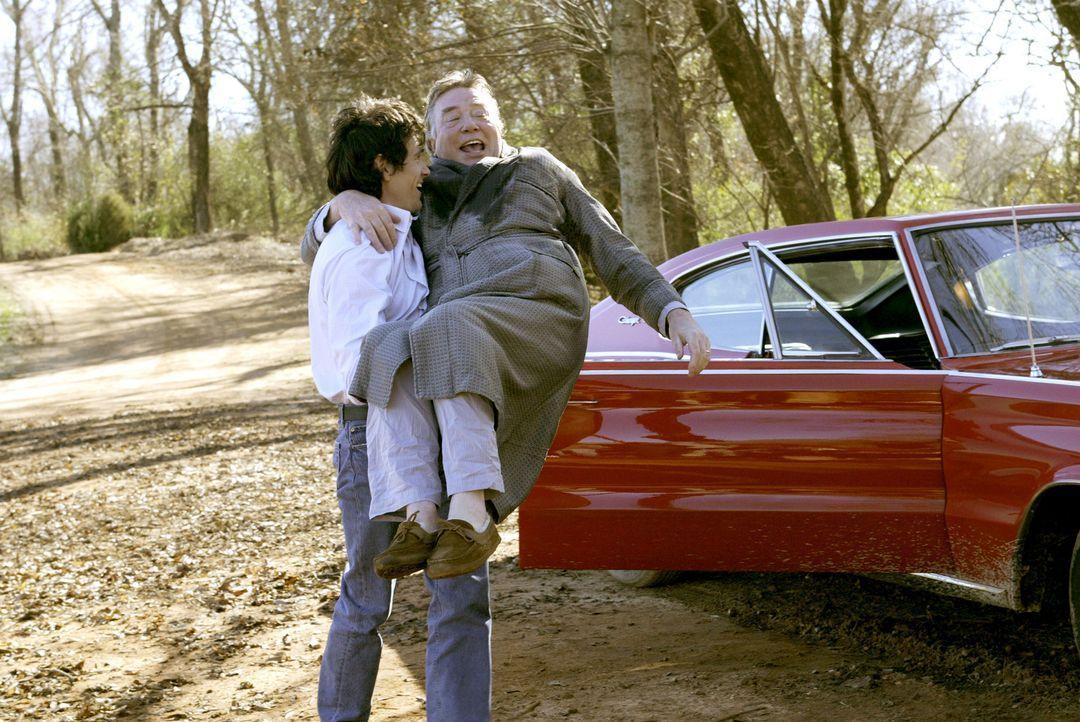Seit drei Jahren ist Will Bloom (Billy Crudup, l.) mit seinem Vater Edward (Albert Finney, r.) zerstritten. Jetzt liegt der alte Herr im Sterben und... - Bildquelle: 2004 Sony Pictures Television International. All Rights reserved.