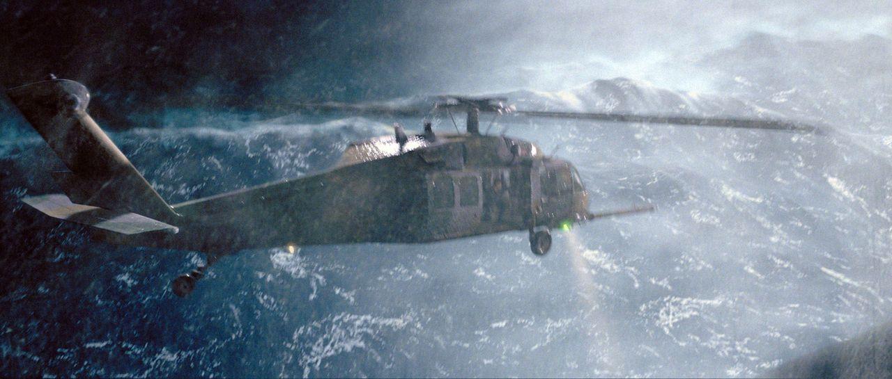 Dem Hubschrauber geht nach einigen misslungenen Rettungsversuchen der Treibstoff aus, und eine Luftbetankung schlägt fehl. Da stürzt der Hubschrau... - Bildquelle: Warner Bros. Pictures