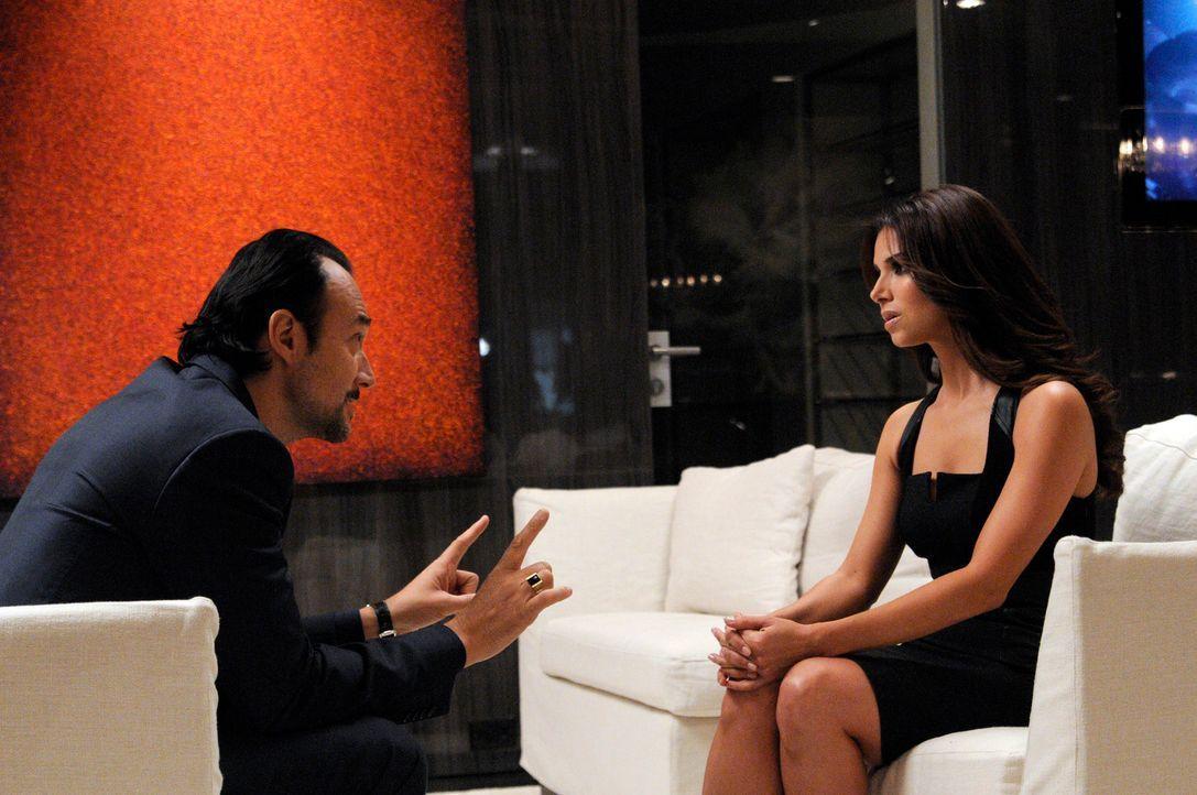 Carmen (Roselyn Sanchez, r.) kann es nicht fassen, als sie ein Meeting mit dem Musikproduzenten Benny Soto (Carlos Leal, l.) an Land zieht. Doch ihr... - Bildquelle: ABC Studios