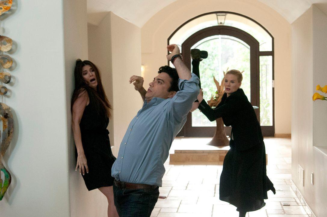 Als plötzlich Carmens (Roselyn Sanchez, l.) Ehemann Oscar (Jaime Camil, M.) vor der Tür steht, braucht sie unerwartet Hilfe von Sam und Odessa (Meli... - Bildquelle: ABC Studios