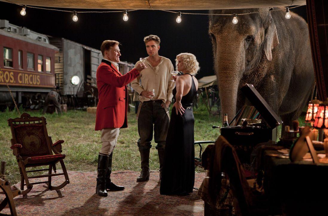 Nach dem Unfalltod seiner Eltern begibt sich Jacob Jankowski (Robert Pattinson, M.) in die Welt des Wanderzirkus'. Dort verliebt er sich sofort in d... - Bildquelle: David James 2011 Twentieth Century Fox Film Corporation. All rights reserved.