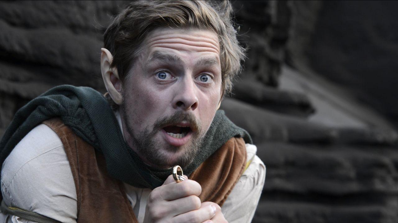 """Joko schickt seinen """"kleinen Hobbit"""" Klaas auf eine Wanderung an den Krater des Yasur. Die Aufgabe: Vernichte den Ring im Feuer. Doch wird Klaas ans... - Bildquelle: ProSieben"""