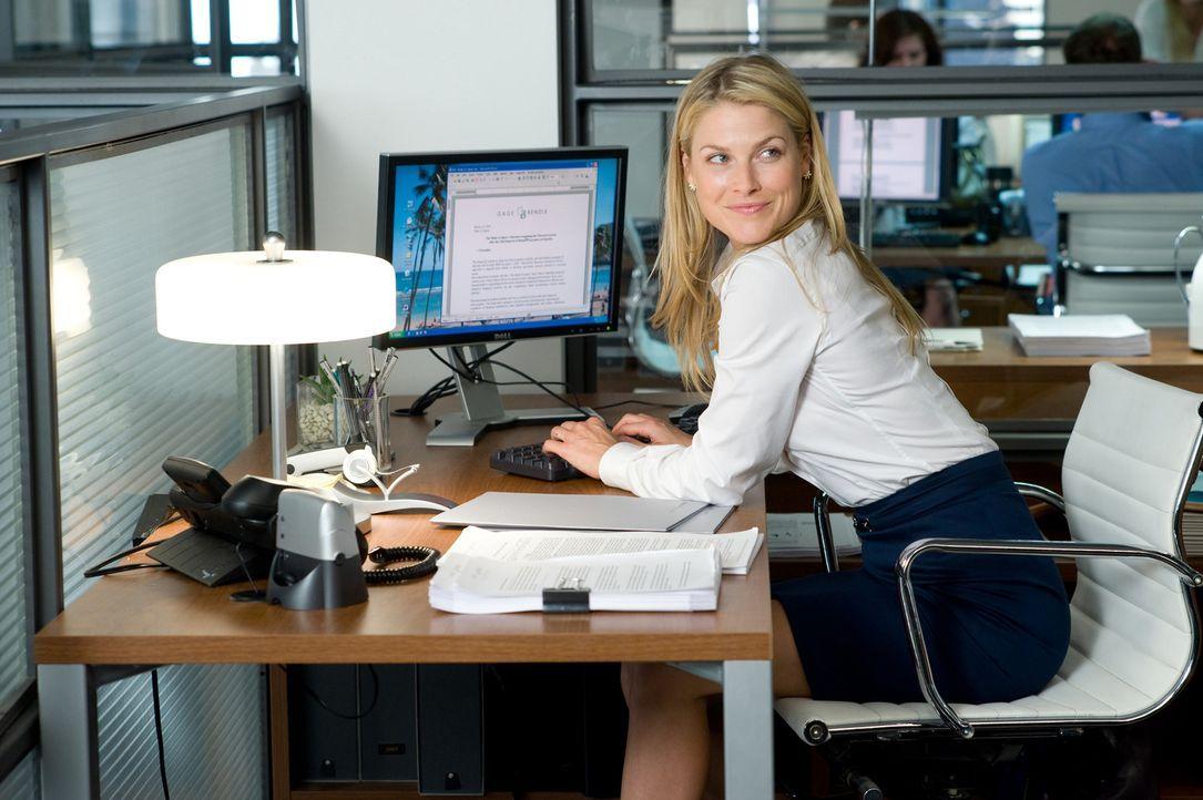 Anfangs ist Derek begeistert von seiner neuen Sekretärin Lisa (Ali Larter). Doch als die schöne Blondine ihn auf der Herrentoilette zu verführen... - Bildquelle: 2009 Screen Gems, Inc. All Rights Reserved.