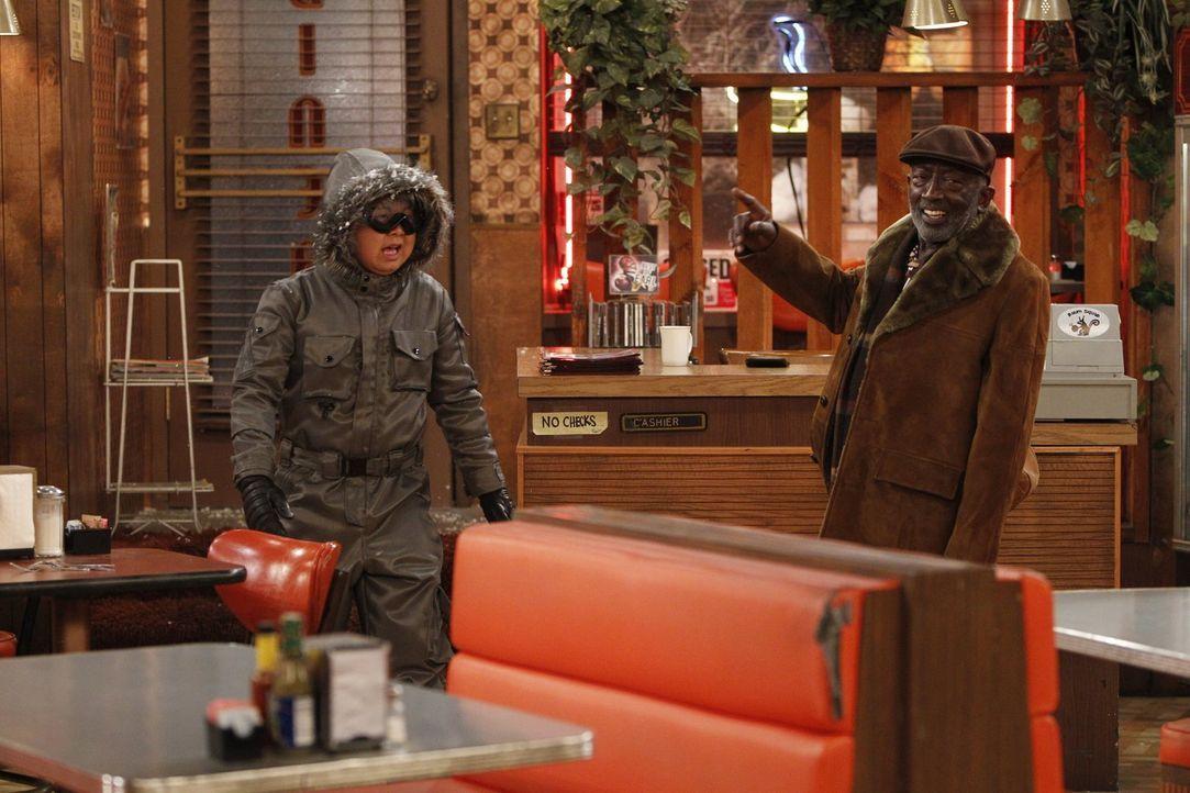 Die Kältefront scheint Han (Matthew Moy, l.) kalt zu lassen und auch Earl (Garrett Morris, r.) schert sich nicht weiter um den starken Schneefall ... - Bildquelle: Warner Brothers