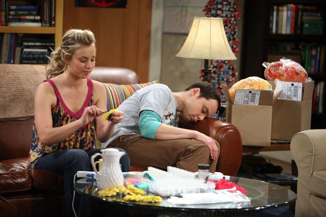 Während Sheldon (Jim Parsons, r.) Penny (Kaley Cuoco, l.) bei ihrer Haarspangen-Idee behilflich ist, trinkt er erstmalig in seinem Leben Kaffee. Mi... - Bildquelle: Warner Bros. Television