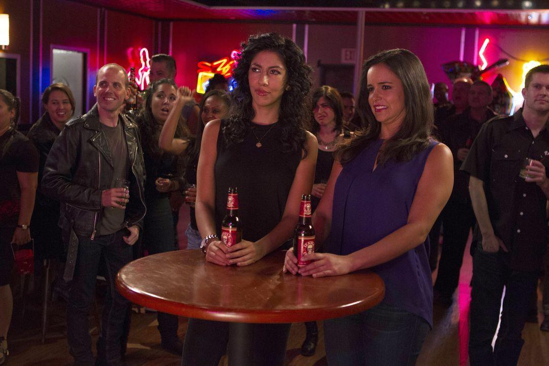 Rosa Diaz (Stephanie Beatriz, l.); Amy Santiago (Melissa Fumero, r.) - Bildquelle: John Fleenor 2015 UNIVERSAL TELEVISION LLC. All rights reserved. / John Fleenor