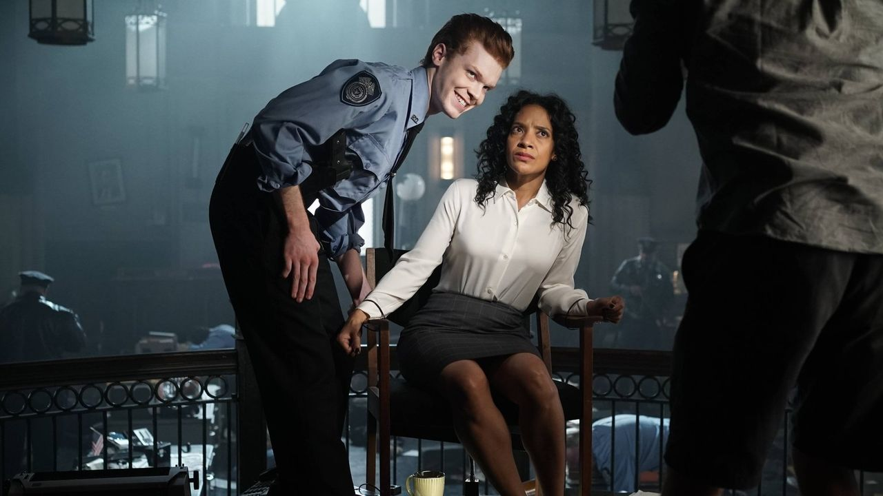 Der irre Jerome Valeska (Cameron Monaghan, l.) sorgt in Gotham für Angst und Schrecken. Sarah Essen (Zabryna Guevara, r.) wird eines seiner Opfer. D... - Bildquelle: Warner Brothers