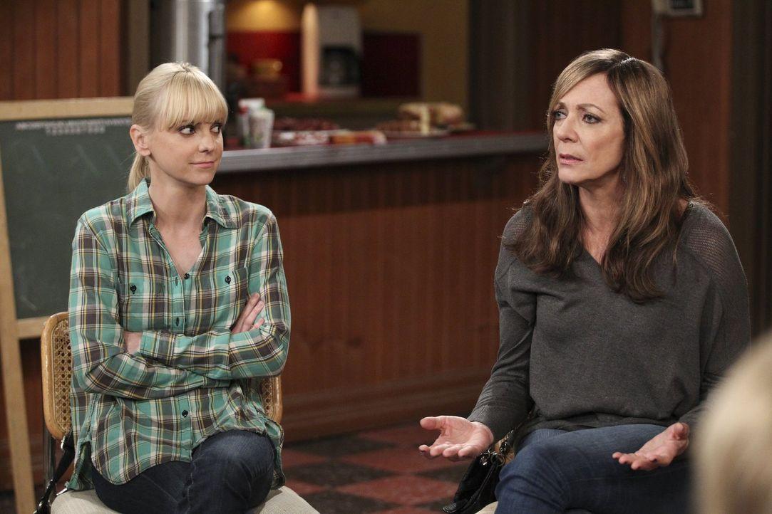Nicht mal auf ihrem regelmäßigen Treffen der Anonymen Alkoholiker können sich Christy (Anna Faris, l.) und ihre Mutter Bonnie (Allison Janney, r.) v... - Bildquelle: Warner Bros. Television