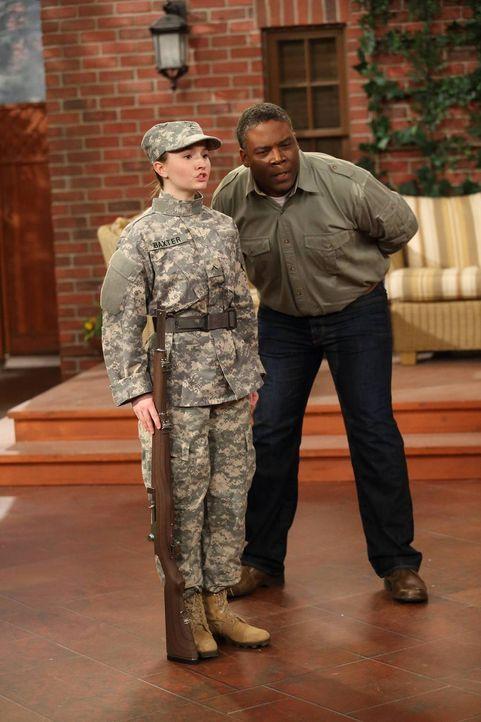 Eve (Kaitlyn Dever, l.) übt fleißig mit Chuck (Jonathan Adams, r.) für eine Veranstaltung des Offizier-Reserve-Corps ... - Bildquelle: 2011 Twentieth Century Fox Film Corporation