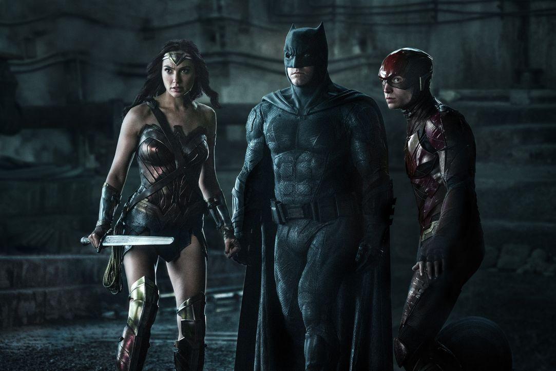 (v.l.n.r.) Diana Prince / Wonder Woman (Gal Gadot); Bruce Wayne / Batman (Ben Affleck); Barry Allen / The Flash (Ezra Miller) - Bildquelle: Warner Bros.