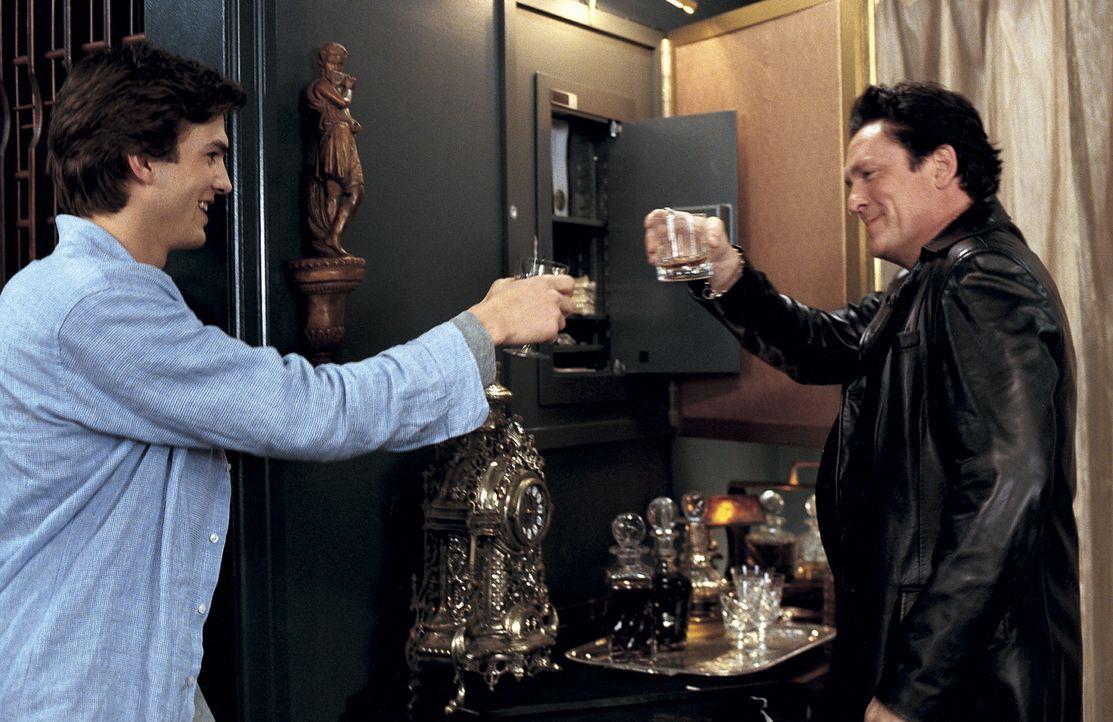 Das Chaos nimmt seinen Lauf: Tom (Ashton Kutcher, l.) mit Drogendealer T. J. (Michael Madsen, r.), der schon bald eine feuchte Begegnung mit dem Woh... - Bildquelle: Falcom Media