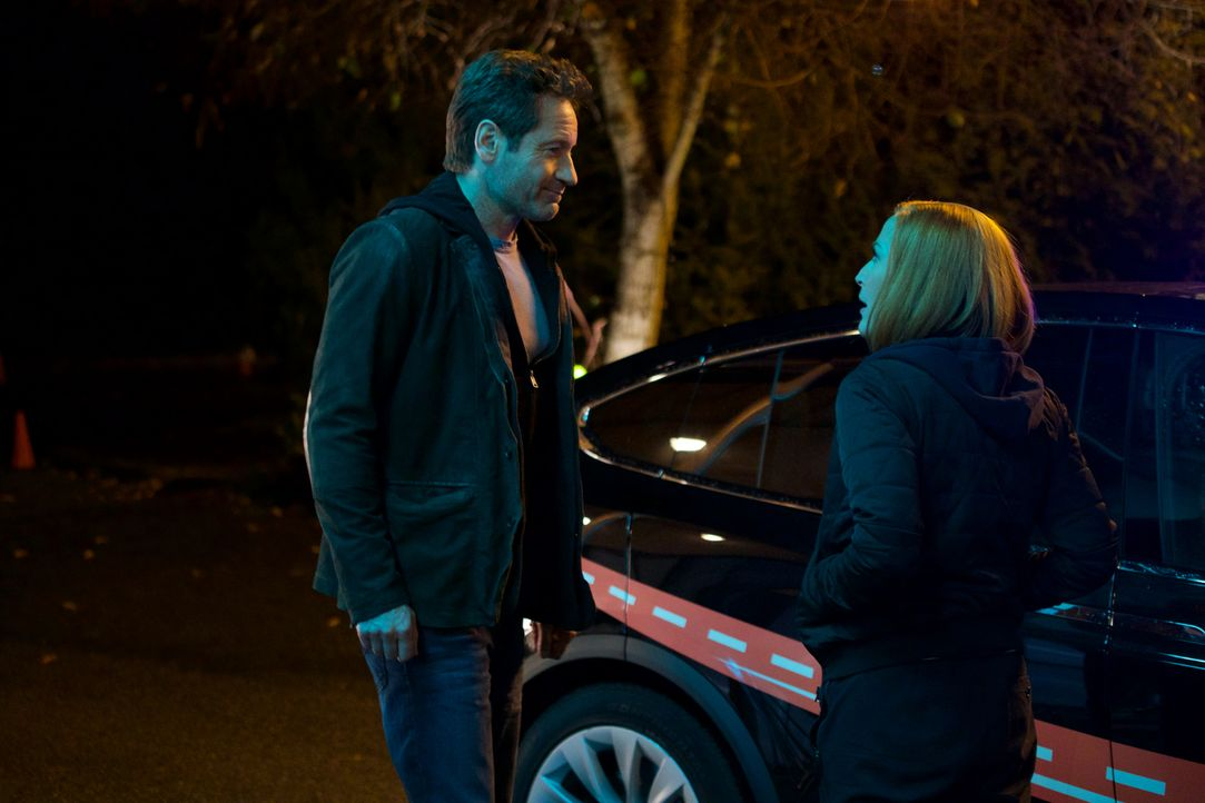 Ist es bereits zu spät, als Mulder (David Duchovny, l.) und Scully (Gillian Anderson, r.) erkennen, dass all die technischen Geräte, die sie verwend... - Bildquelle: Shane Harvey 2018 Fox and its related entities.  All rights reserved.