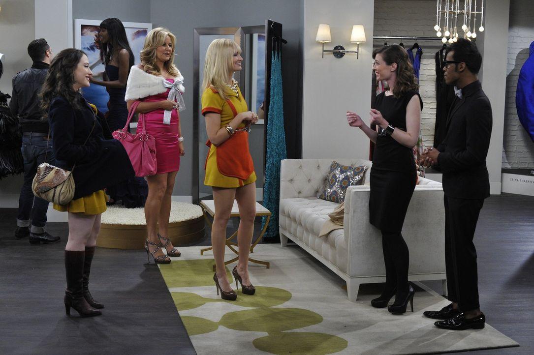 Auf der Suche nach einem passenden Outfit für den Modeball des Metropolitan Museums: Max (Kat Dennings, l.), Caroline (Beth Behrs, M.) und Sofi (Je... - Bildquelle: Warner Brothers