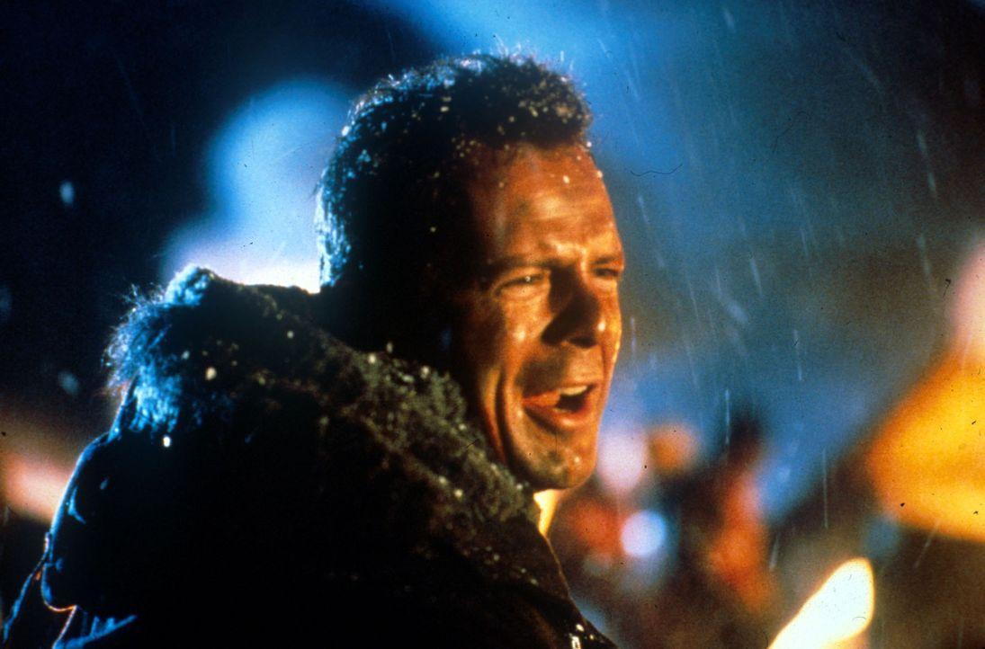 Polizist John McClane (Bruce Willis) entdeckt die Terroristen als erster. Da ihm niemand Glauben schenken will, muss er selbst aktiv werden ... - Bildquelle: 20th Century Fox