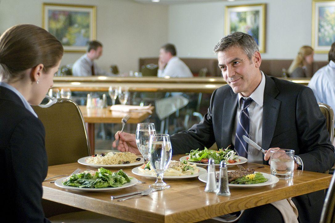 322 Tage im Jahr ist der passionierte Vielflieger Ryan Bingham (George Clooney, r.) auf Reisen. Er soll Mitarbeiter verschiedener Firmen möglichst... - Bildquelle: TM and   2009 by DW Studios LLC. All rights reserved.