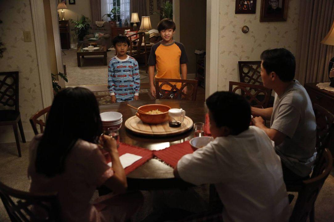 Während Eddie (Hudson Yang, 2.v.r.) seinen Geburtstag mit seinen Freunden plant, benehmen sich Evan (Ian Chen, 2.v.l.) und Emery (Forrest Wheeler, M... - Bildquelle: 2015-2016 American Broadcasting Companies. All rights reserved.
