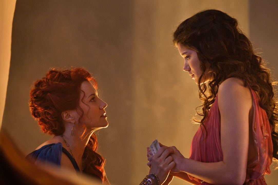 Als Ilithyia entführt wird, versucht Lucretia (Lucy Lawless, l.) alles, um Glaber zu einer großangelegten Suche zu veranlassen. Doch dieser hat nur... - Bildquelle: 2011 Starz Entertainment, LLC. All rights reserved.
