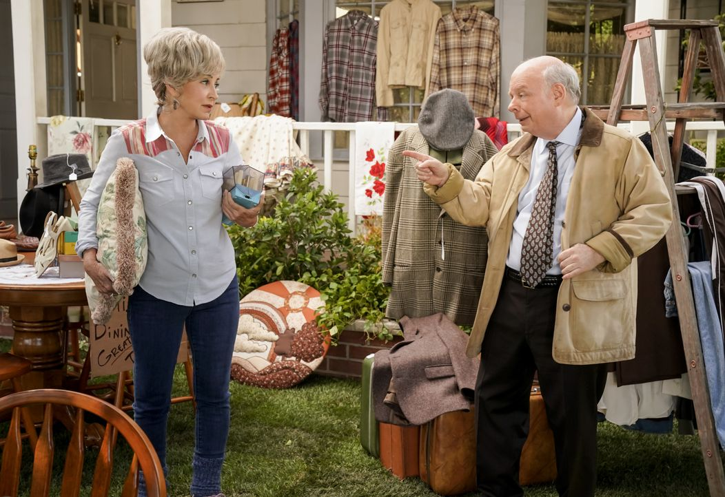 Meemaw (Annie Potts, l.); Dr. Sturgis (Wallace Shawn, r.) - Bildquelle: Cliff Lipson 2018 CBS Broadcasting, Inc. All Rights Reserved./Cliff Lipson / Cliff Lipson