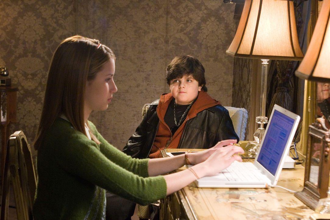 Findet für ihre Recherchen Unterstützung bei Corky (Josh Flitter, r.): Nancy Drew (Emma Roberts, l.) ... - Bildquelle: All rights reserved Warner Brothers International Television Distribution Inc.