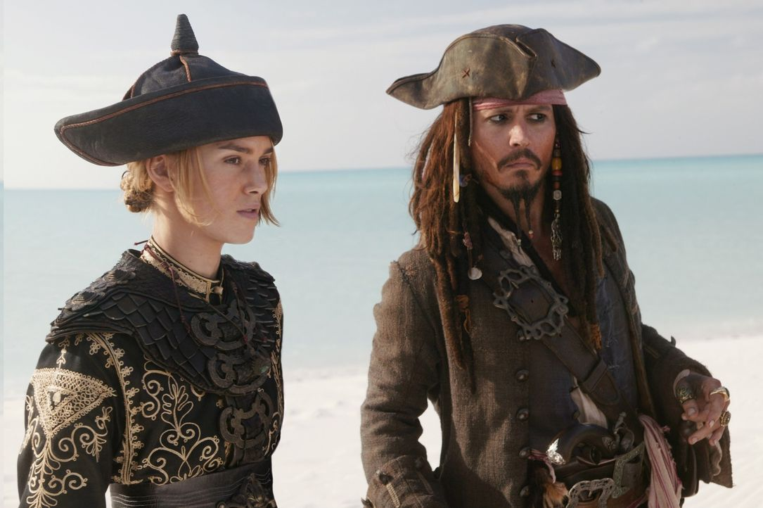 Der gerade aus dem Totenreich entstiegene Jack Sparrow (Johnny Depp, r.) macht sofort neue Pläne. Er begibt sich mit Captain Barbossa, der schönen E... - Bildquelle: Peter Mountain Disney Enterprises, Inc.  All rights reserved