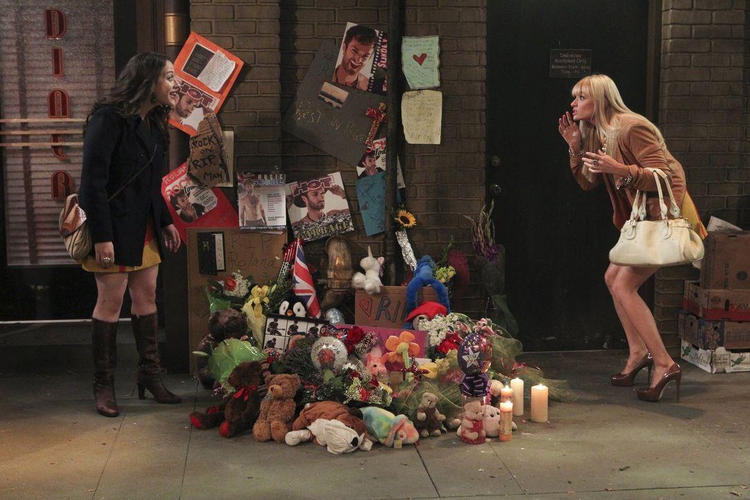 Können nicht fassen, was der Tod eines britischen Rockstars vor ihrem Cupcake-Fenster bewirkt: Max (Kat Dennings, l.) und Caroline (Beth Behrs, r.)... - Bildquelle: Warner Brothers