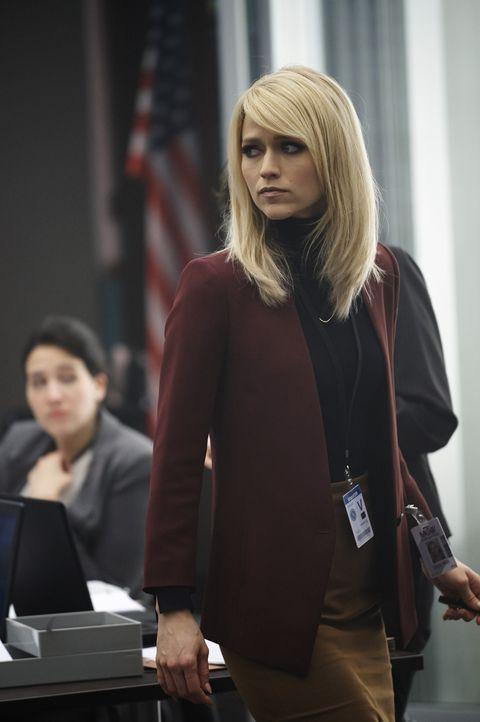 Als Alex Shelby (Johanna Braddy) im Büro des FBI sieht, ist sie alarmiert. Sie glaubt, dass sie mit dem unbekannten Terroristen zusammenarbeitet ... - Bildquelle: Philippe Bosse 2015 ABC Studios
