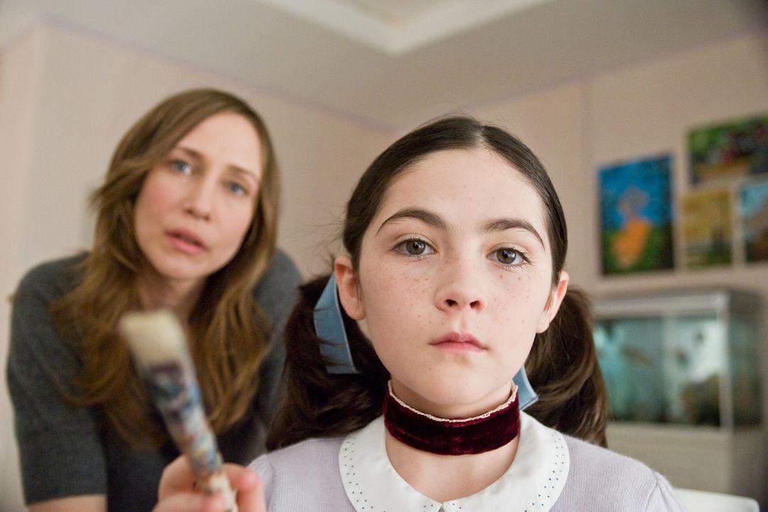 Alle halten sie für paranoid, doch Kate (Vera Farmiga, l.) befürchtet, dass das Böse in ihrer Familie Einzug gehalten hat, als sie Esther (Isabel... - Bildquelle: Kinowelt