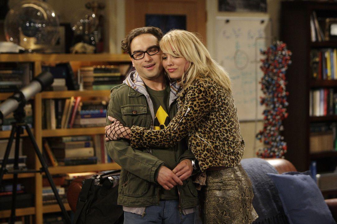 Nachdem Penny (Kaley Cuoco, r.) glaubt zu wissen, warum Leonard (Johnny Galecki, l.) und Sheldon nicht mit ihr zum Casting gehen können, hat sie Mi... - Bildquelle: Warner Bros. Television
