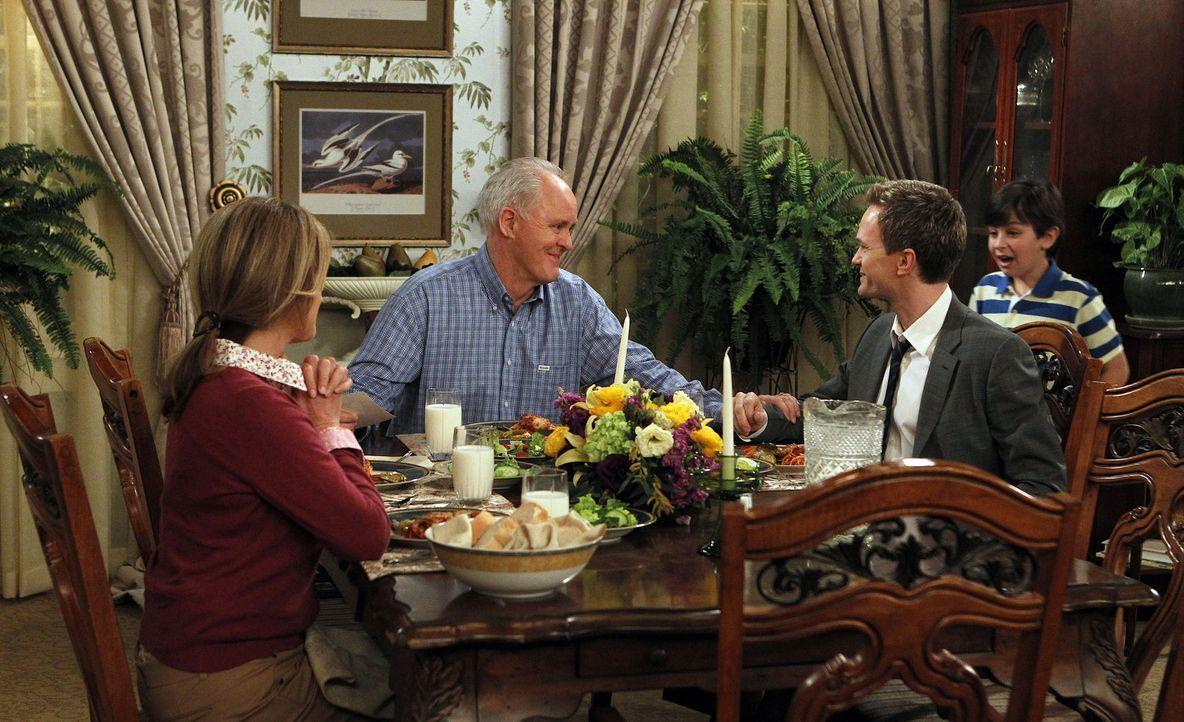 Barney (Neil Patrick Harris, 2.v.r.) besucht seinen Vater (John Lithgow, 2.v.l.) und dessen Frau Cheryl (Nancy Travis, l.) zu Hause und lernt dort s... - Bildquelle: 20th Century Fox International Television