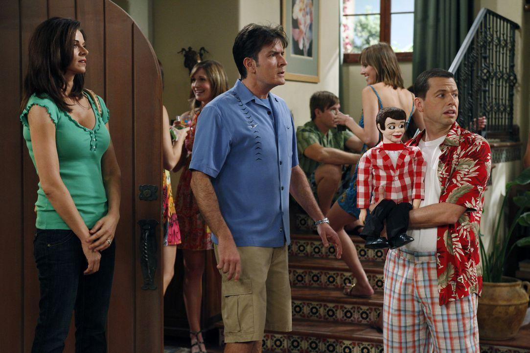 Als Alan (Jon Cryer, r.) gemeinsam mit seiner Freundin Melissa eine nicht angekündigte Party im Haus feiert, platzt Charlie (Charlie Sheen, M.) pla... - Bildquelle: Warner Bros. Television
