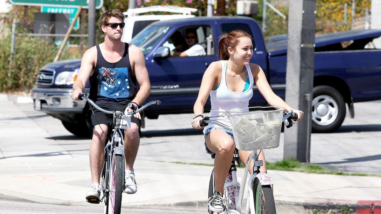 Miley-Cyrus-und-Liam-Hemsworth-100326-WENN - Bildquelle: WENN.com