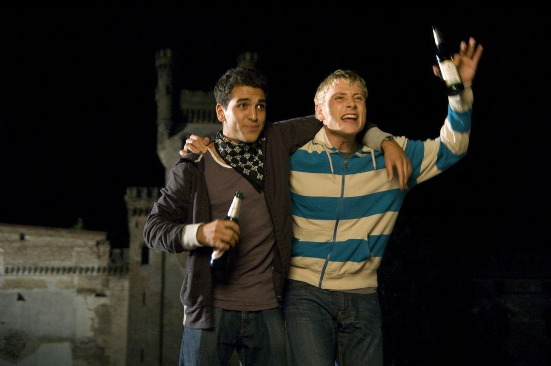 """Macht durch Gemeinschaft! Dank der """"Welle"""" werden die früheren Rivalen Sinan (Elyas M'Barek, l.) und Marco (Max Riemelt, r.) dicke Freunde ... - Bildquelle: Constantin Film"""