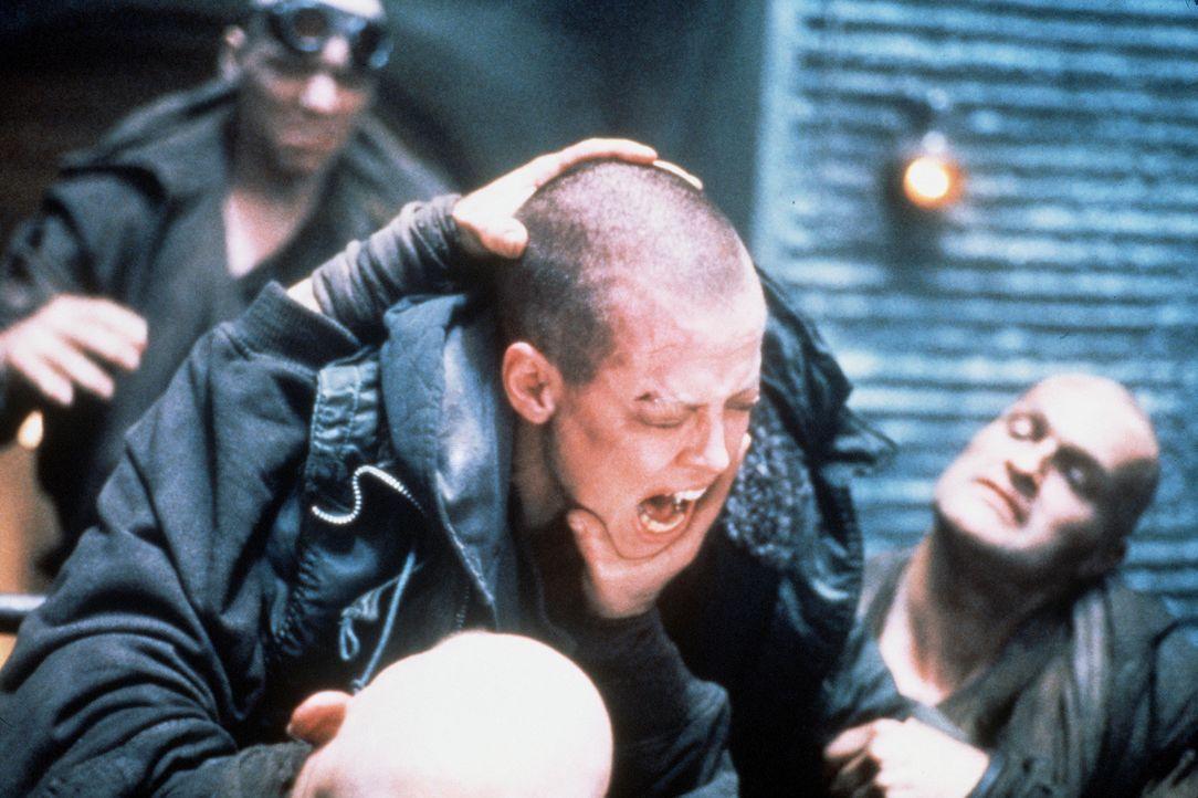 Allein unter Männern: Ellen (Sigourney Weaver, M.) muss sich auf dem Gefängnisplaneten Fiorina unter den Verbrechern erst Respekt verschaffen. Leich... - Bildquelle: 20th Century Fox of Germany