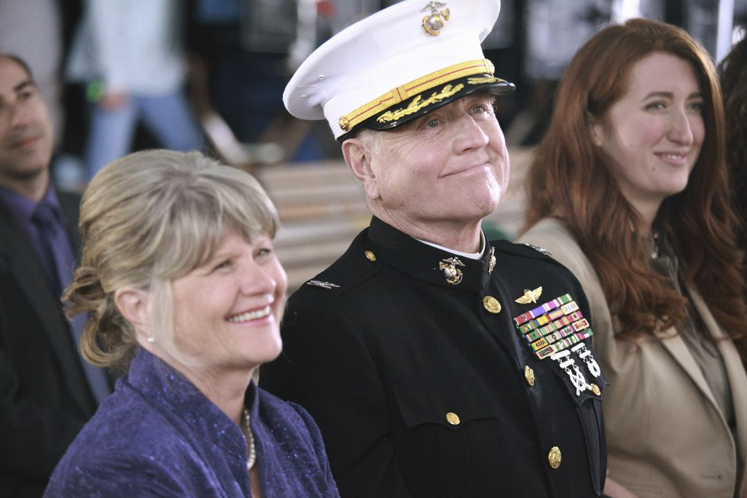 Sind stolz auf ihre Tochter: Barbara (Judith Ivey, l.) und Colonel Robbins (Denis Arndt, M.) ... - Bildquelle: Richard Cartwright 2011 American Broadcasting Companies, Inc. All rights reserved. / Richard Cartwright