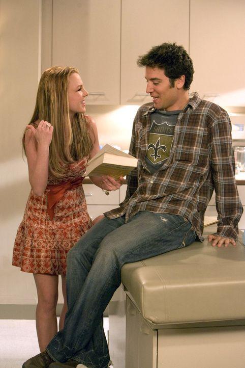 Von Sitzung zu Sitzung versucht Ted (Josh Radnor, r.), seine Hautärztin Stella  - ziemlich aussichtslos - zu beeindrucken, damit sie sich doch mal... - Bildquelle: 20th Century Fox International Television