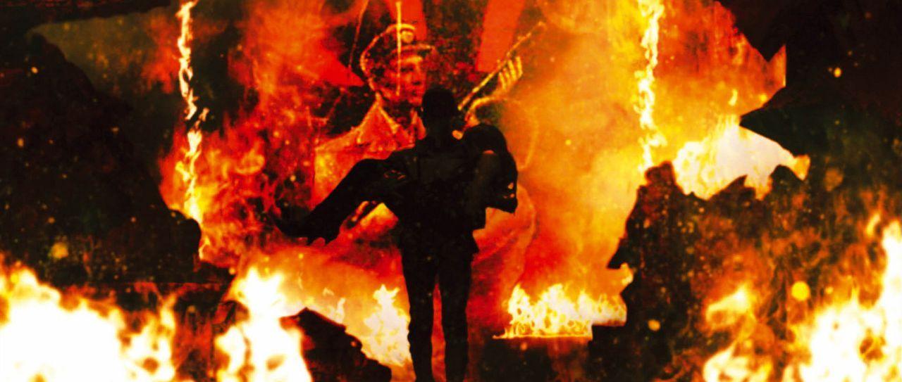 In letzter Minute gelingt es Casshern (Yusuke Iseya, l.), Luna (Kumiko Aso, r.) vor dem Inferno zu retten ... - Bildquelle: 2004 Casshern Film Partners