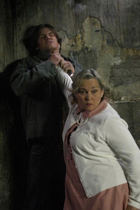 Während der Untersuchung der geheimnisvollen Mordserie, machen Dean und Sam (Jared Padalecki, l.) Bekanntschaft mit Marge (Merrilyn Gann, r.)  - un... - Bildquelle: Warner Bros. Television