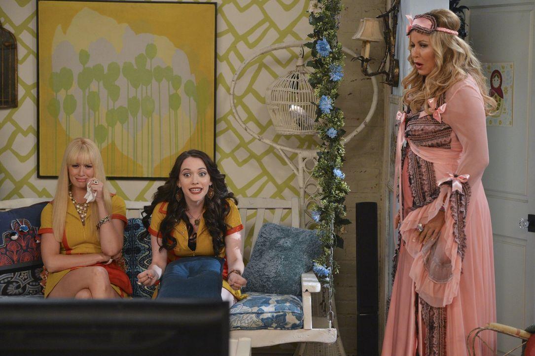 """Eine Folge von """"The Kardashians"""" soll an ihrem Kuchenfenster gedreht werden. Da Max (Kat Dennings, M.) davon nicht begeistert ist, müssen Caroline (... - Bildquelle: Warner Bros. Television"""